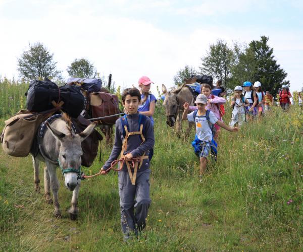Ardèche en famille de Mont en Mont avec un âne